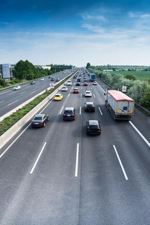 auto's en vrachtwagens op de snelweg