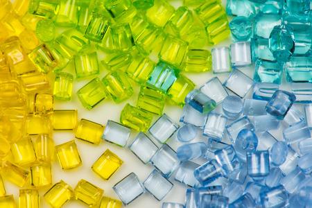 doorschijnende plastic hars in vier verschillende kleuren.