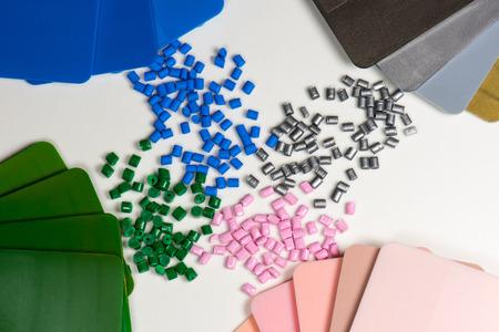 geverfd polymeer hars korrels met kleur monsters op wit