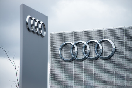 Building of car manufacturer Audi with Audi logo 新聞圖片