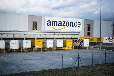 basis van de online handelaar Amazon in Duitsland (Koblenz) op stormachtige dag Redactioneel