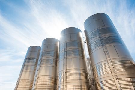 siderurgia: silos de acero inoxidable Foto de archivo
