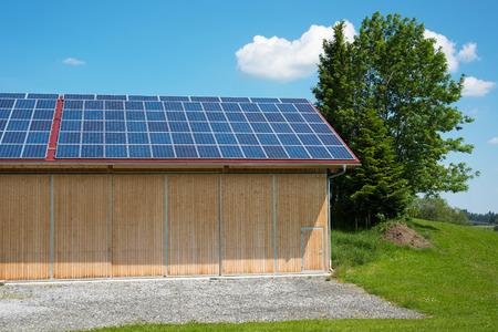 Pannelli solari sul tetto della nuova stalla in estate Archivio Fotografico - 41384894