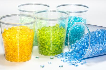 inyeccion: resinas plásticas transparentes teñidos en vasos de prueba en laboratorio Foto de archivo