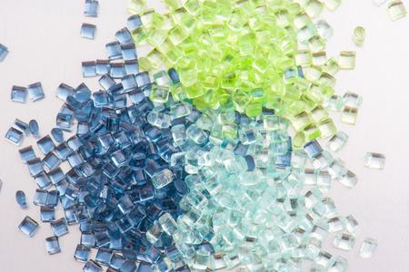 drie verschillende polymeer plastic korrels op een witte achtergrond Stockfoto