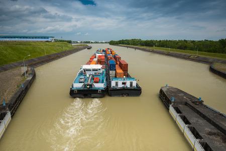 container-schip vervoer op de rivier