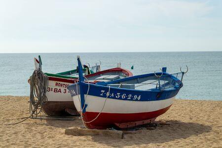 CALELLA, España - 19 de mayo de 2011: botes de remos de pesca en el sol