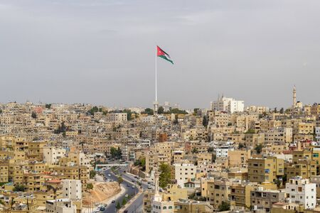 Paysage urbain avec le mât de drapeau de Raghadan vu de la Citadelle. Le mât de drapeau Raghadan est l'un des plus grands mâts de drapeau au monde et mesure plus de 126 mètres de haut Banque d'images