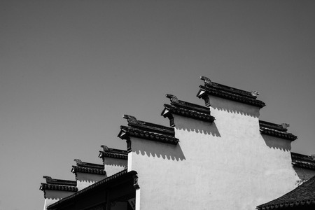 dislocation: Las paredes blancas y tejas negras Foto de archivo