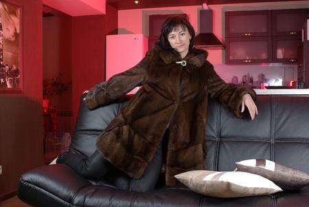 mink: Femmina in un cappotto di pelliccia