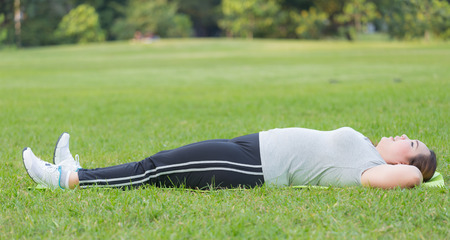 donne obese: donne obese sit up su erba