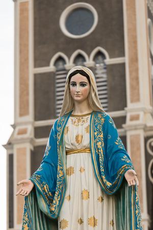 virgen maria: Santa Mar�a o la Sant�sima Virgen Mar�a, la madre de Jes�s, en frente de la Di�cesis Cat�lica Romana o la Catedral de la Inmaculada Concepci�n, Chanthaburi, Tailandia.
