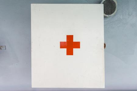 Cuadro de primeros auxilios en la pared Foto de archivo