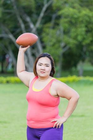 Mujer Gorda Hermosa Que Juega Al Futbol Americano En El Parque