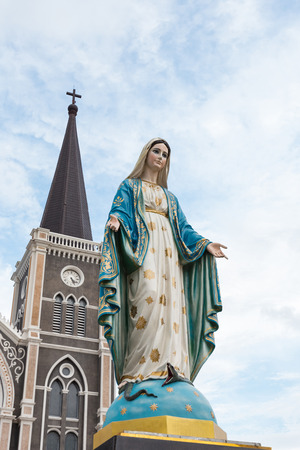 obey: The Blessed Virgin Mary in front of the Roman Catholic Diocese, Thailand. Foto de archivo