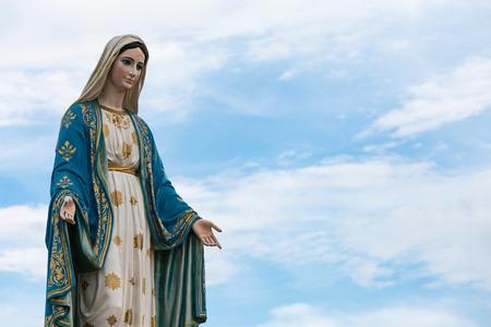 La Virgen María en el cielo azul. Foto de archivo