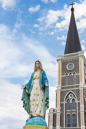 obey: La Virgen María en frente de la diócesis católica, lugar público en Chanthaburi, Tailandia.