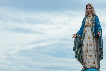 チャンタブリー、タイのローマ カトリック教区、公共の前で聖母マリアを配置します。