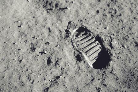 Tritt auf den Mond.