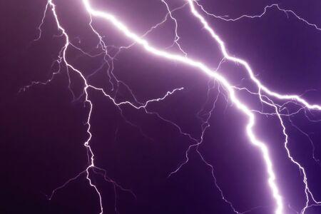 éclairs et coup de tonnerre audacieux à la tempête d'été