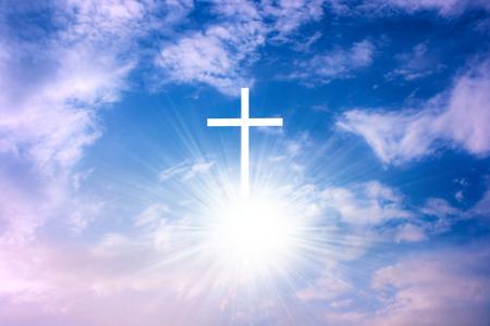 Hemels kruis. Religie symbool vorm. Dramatische natuur achtergrond. Gloeiend kruis in de lucht. Gelukkig Pasen. Licht uit de lucht. Religie achtergrond. Paradijselijke hemel. Licht in de lucht.