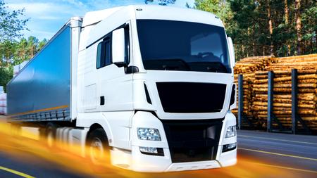 Camión en la carretera. Transporte comercial. contenedor de transporte de camiones