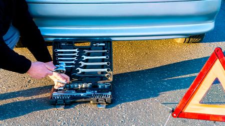 Autopech, rode gevarendriehoek! Auto bevestigen. de tool voor autoreparaties