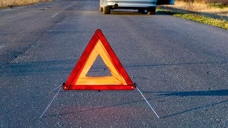 Autopech, rode gevarendriehoek! Auto bevestigen. de tool voor autoreparaties Stockfoto