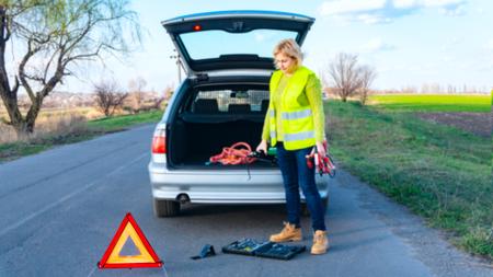 Autoprobleme, rotes Warndreieck Autoreparatur. das Werkzeug für die Autoreparatur