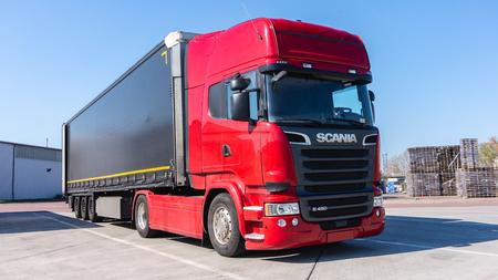 Bâtiment de logistique de camions. le camion rouge sur la route