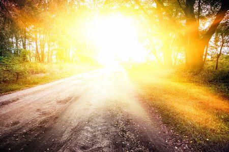 Licht uit de lucht. Stappen die leiden naar de zon. Weg naar God. religieuze achtergrond