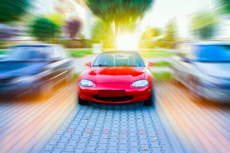 Coche en una carretera llena de curvas peligrosas. Coche rojo a la carretera. Coche en el estacionamiento. Aparcamiento para coches