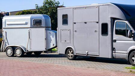 馬車。馬のためのキャリッジ。馬の輸送のための自動トレーラー。輸送家畜。馬の輸送バン