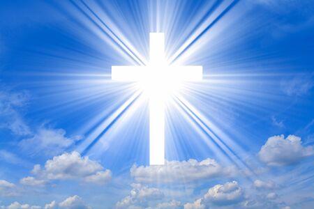 Leuchtendes Kreuz. Christliches Kreuz gegen den Himmel