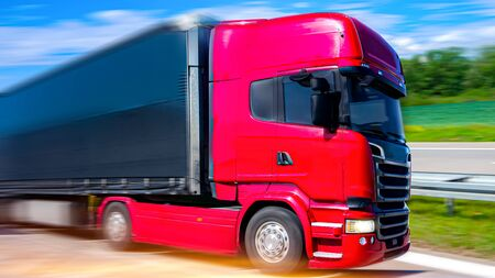 도로에 트럭입니다. 트럭 - 화물 운송. 화물 배달