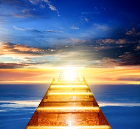 Lumière du ciel. Contexte religieux. La porte du Paradis. Escalier vers le ciel. Chemin vers le succès
