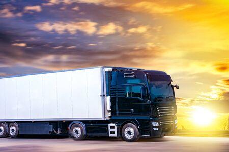 LKW bewegt sich mit Geschwindigkeit auf der Straße, Lieferung von Waren. Transport in Europa Standard-Bild