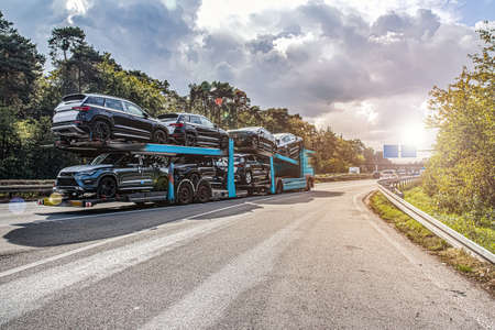 Truck Transporting Cars, logistics of freight Europe Stockfoto