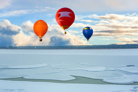 a balloon flies against the sky. winter landscape from a height of Banque d'images
