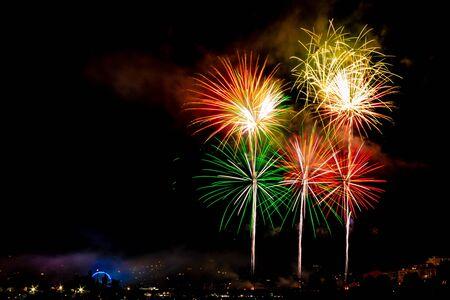 Fuochi d'artificio dei festeggiamenti di Bouzas, a Vigo (Spagna) in una bella notte d'estate