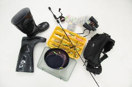 botas altas: Caja de equipo de pesca para los ganchos y las moscas, spinner sombrero, botas y prismáticos aislados sobre fondo blanco