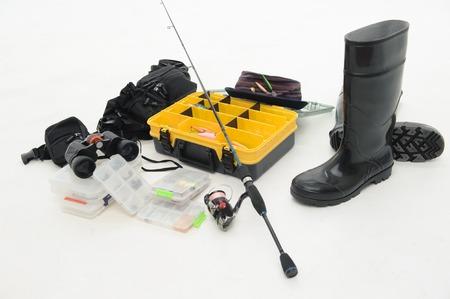 waders: Caja de equipo de pesca para los ganchos y las moscas sombrero, spinner, zancudas y binoculares aisladas sobre fondo blanco Foto de archivo