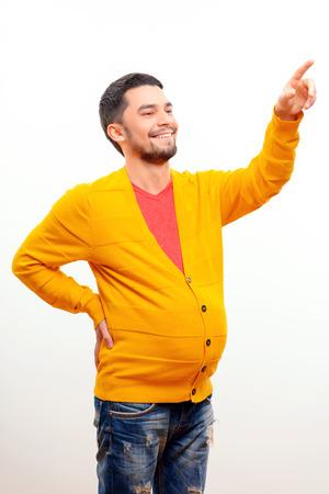 umschwung: Schauen Sie ihn an. Lustige konzeptuellen Foto von Gender Umkehr, wenn ein Mann mit einer schwangeren Bauch zeigt auf etwas, w�hrend posiert auf wei�em Hintergrund