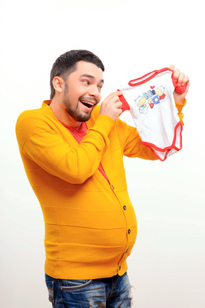 umschwung: Was w�re, wenn M�nner konnten Kinder zu geb�ren. Lustige konzeptuellen Foto von Gender Umkehr, wenn eine schwangere Mann mit einem Bauch, der ein Body und l�chelt, w�hrend posiert auf wei�em Hintergrund Lizenzfreie Bilder