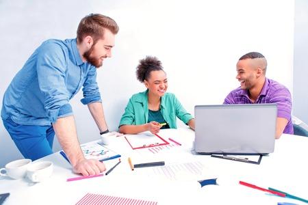 創造的な専門家。スマート カジュアルで陽気なビジネス人々 のグループを着用する会議室でブレインストーミングをしながら何かを議論します。