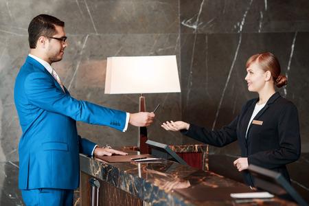 El Mejor Servicio De Hotel. Hombre De Negocios Apuesto En Traje Azul ...