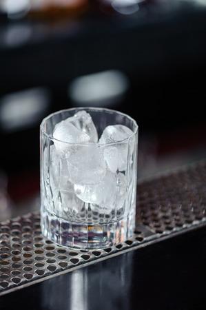 eiszeit: Eiszeit. Close-up von einem Glas mit Eis, das auf der Theke einer Bar
