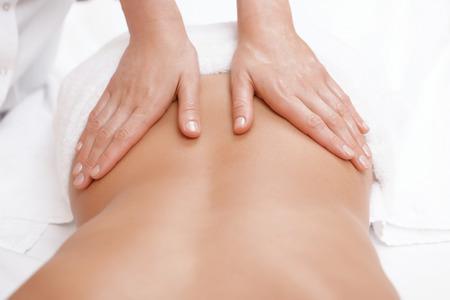 Keine Schmerzen nur Vergnügen. Close-up der weiblichen Masseur Hände geben Rückenmassage, eine junge Frau Lizenzfreie Bilder