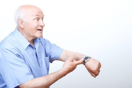 hurry up: Sbrigare. Nizza nonno indicando il suo orologio da polso e correndo in piedi mezza faccia. Archivio Fotografico