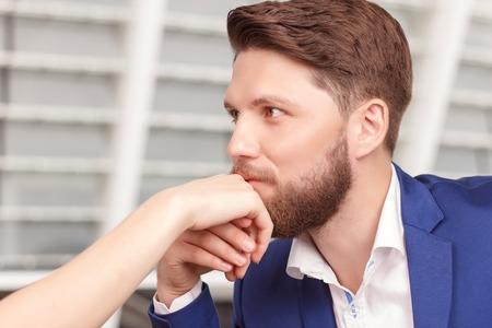 bacio: gesto elegante. Ritratto di giovane-looking uomo baciare la mano della sua affascinante fidanzata